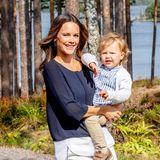 Im Arm seiner Mama genießt Prinz Alexander den eigens für ihn angelegten Wanderweg.