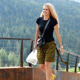Zur khakifarbenen, kurzen Hose kombiniert Michelle Hunziker ein schlichtes, schwarzes T-Shirt, eine angesagte Crossbody-Handtasche und gelbe Wanderschuhe. Wenig später geht es aufs Rad - doch zuvor gibt es noch einen kurzen Outfitwechsel.