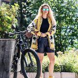 Während Michelle Hunziker das schlichte T-Shirt und die gelben Wanderschuh anlässt, wechselt sie in eine heiße Ledershorts. Dazu kombiniert sie einen gemusterten Cardigan, der farblich perfekt mit ihre Schuhen harmoniert - was für ein stylisches Match!