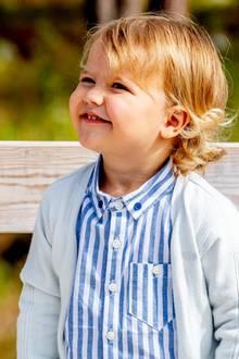 Am 23. August ist Prinz Alexanders großer Tag. Er darf erstmals eine Aufgabe für das Königshaus übernehmen und weiht eine Aussichtsplattform in seinemHerzogtum Södermanland ein. Dafür hat ihn Mama Sofia schick gemacht, aber dennoch auf den Wohlfühlfaktor geachtet.