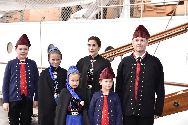 23. August 2018  Bei ihrer Ankunft in Tórshavn im Rahmen des Besuchs mit dem Königsschiff auf den Färöer Inseln, zeigt sich die dänische Königsfamilie in einer traditionellen Tracht.