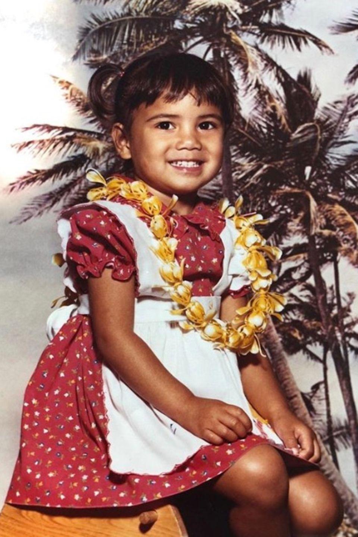 Nicole Scherzinger  Die Hawaii-Kette um den Hals verrät es sofort: Nicole Scherzinger wächst als Kind auf der Insel im Pazifischen Ozean auf. Was man jedoch nicht erraten kann: Der vollständige Name des heutigen Popstars lautet eigentlich Nicole Prescovia Elikolani Valiente.