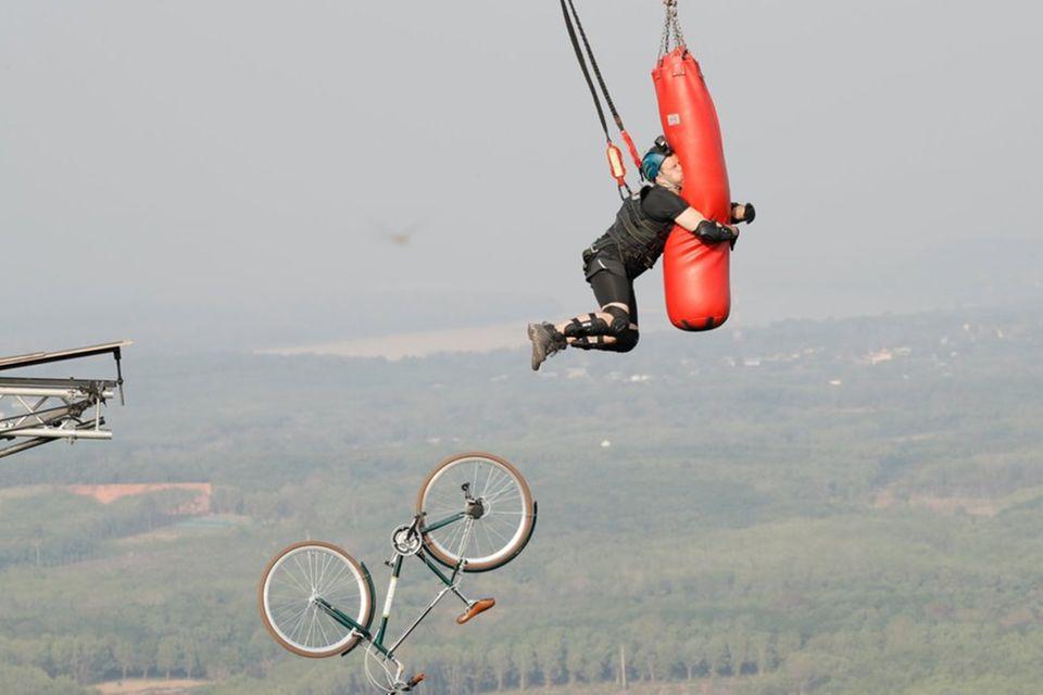 Bloß nicht loslassen: Sänger Ben umschlingt trotz Höhenangst einen freihängenden Boxsack in 180 Metern Höhe
