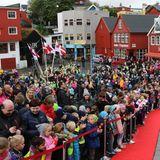 23. August 2018  Viele Fans warten auf die Ankunft der dänischen Kronprinzenfamilie in Tórshavn im Rahmen des Besuchs auf den Färöer Inseln.