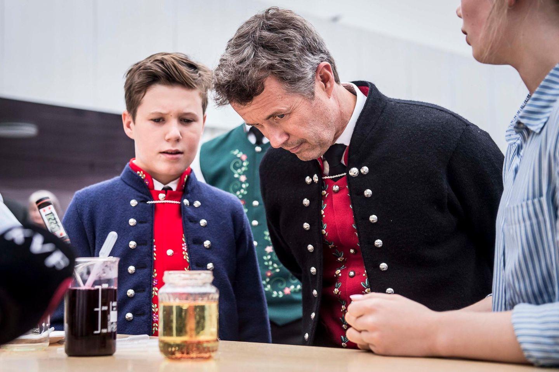23. August 2018  Beim Besuch des Glasir College im Rahmen der royalen Reise auf dieFäröer Inseln, begutachten Kronprinz Frederik und Prinz Christian die neuesten Forschungen der Hochschule.