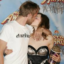 """Ryan Gosling und Rachel McAdams  Fast hätten wir diese heißen Knutschszenen vom roten Teppich vergessen, die uns Ryan und Rachel in 2005 immer wieder bescherten. Sie mussten einfach unter Beweis stellen, warum sie im selben Jahr den Award in der Kategorie """"Best Kiss"""" für ihren Film """"The Notebook"""" gewonnen hatten. In 2007 war mit dem Knutschen Schluss, die Verlobung wurde gelöst."""