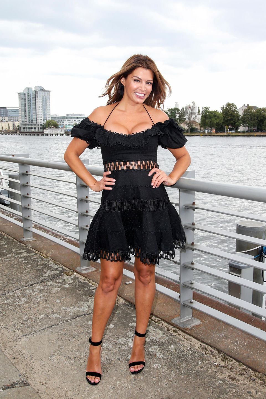 """Heiß, heißer, Sabia Boulahrouz! In einer sexy Version des kleinen Schwarzens präsentiert sich die 40-Jährige beim Fotocall zu """"Global Gladidators"""". Das Outfit betont nicht nur ihr Dekolléte, sondern kann auch mit Cut-Outs im Taillenbereich punkten."""
