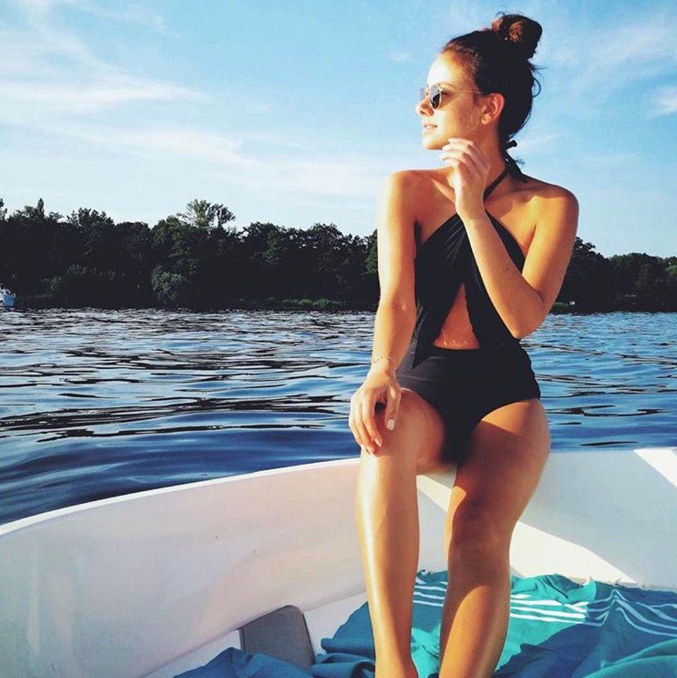"""""""Ciao, bin auf dem Wasser"""" schreibt Janina Uhse zu diesem hübschen Foto auf Instagram. Die Schauspielerin genießt den letzten richtig heißen Sommertag auf einem Boot. Ziemlich heiß ist dabei auch ihr Look: Sie trägt einen angesagten, schwarzen Badeanzug mit raffinierten Cut-Outs."""