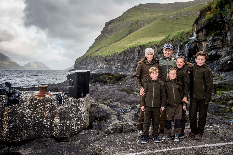 24. August 2018  Die dänische Kronprinzenfamilie posiert vor atemberaubender Kulisse auf den Färöer Inseln.