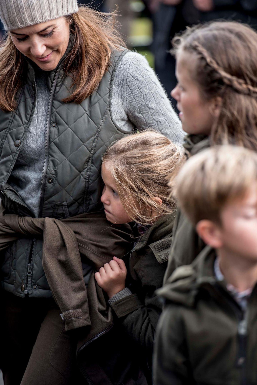 24. August 2018  Prinzessin Josephine lehnt sich an ihre Mutter Prinzessin Marybeim Besuch der Statue von Sælkvinden.