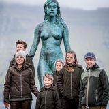 """24. August 2018  Tag 2 ihres Besuchs der Färöer Inseln: Prinzessin Mary und Prinz Frederik posieren mit ihren Kindern vor der Statue von Sælkvinden,der sogenannten """"Robbenfrau""""."""
