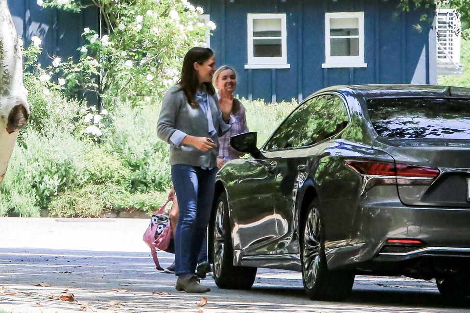 Jennifer Garner unterhält sich gelassen mit einer Freundin, dabei lässt sich die 46-Jährige nichts von dem Stress der vergangenen Tage anmerken.