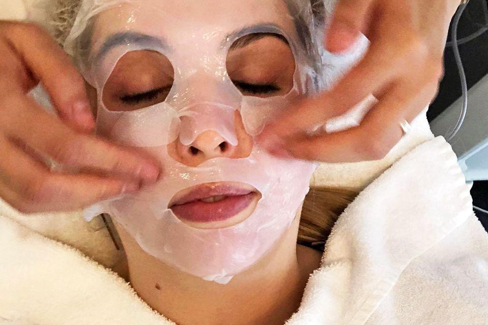 Beautyredakteurin Nane Meyer mit der Cellulose-Maske.