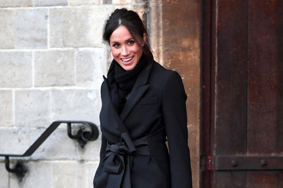 Herzogin Meghan trifft mit ihrem Outfit in Cardiff ins Schwarze.