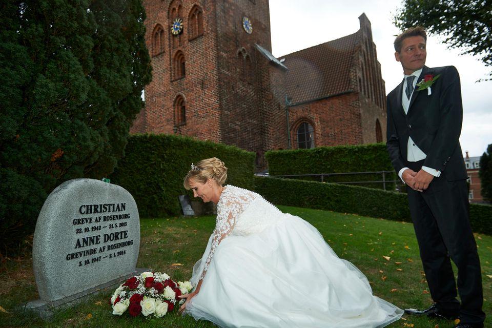 Am Grab ihrer Eltern legte Camilla eine Kopie ihres Brautstraußes nieder.