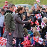 25. August 2018  Tag drei ihres traumhaften Färöer-Inseln-Trips: Prinz Frederik und Ehefrau Prinzessin Mary begrüßen Bewohner der Färöer Inseln.