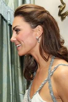 """Es war tatsächlich Herzogin Catherines erster Solo-Auftritt nach der Hochzeit mit Prinz William bei dem ein kleiner Schönheitsmakel für Gesprächsstoffsorgte. Damals trug Kate ihr Haar zum Teil seitlich zurückgesteckt und präsentierte dabei ihre unübersehbare Narbe am Kopf. Laut """"Daily Mail"""" stammt diese Narbe von einem Schulsport-Unfall. """"Die Narbe ist das Resultat einer Operation ihrer Kindheit"""", gab der Hof außerdem bekannt. Heute fällt dieser kleine Makel niemandem mehr auf. Kates stets perfekt gestylte Haare verdecken ihre Narbe."""