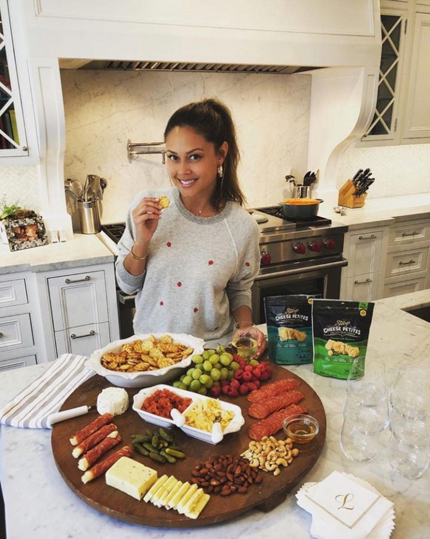 Moderatorin Vanessa Lachey macht sich mit zahlreichen Leckereien bereit für einen spaßigen Abend.