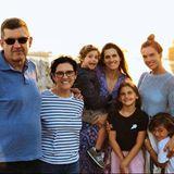 """23. August 2018  Mit großen Buchstaben scheint Supermodel Alessandra Ambrosio es in die Instagram-Welt hinauszuschreien: """"FAMILIA"""". Gemeinsam mit ihren Eltern (links) ihrer Schwester mit Söhnchen im Arm (Mitte) und ihren eigenen Kids posiert die schöne Brasilianerin vor einem sagenhaften Sonnenuntergang."""