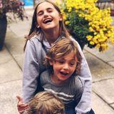 22. August 2018  Mit ihrem Cousin (unten) werden Anja Louise und Noah Phoenix beim Herumalbern abgelichtet.