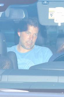 Ben Affleck gehört zu den besten Schauspielern Hollywoods. Doch seitJahren kämpft er (erfolglos) gegen die Alkoholsucht.Der lange Absturz von Ben Affleck beginntschon im Jahr 2001. Nachdem nach zwei Jahren die Beziehung zu Schauspielerin Gwyneth Paltrow in die Brüche geht, machter einen ersten Entzug, um seine Alkoholprobleme in den Griff zu bekommen. Erst mit Jennifer Garner scheint Affleck 2005 endlich angekommen zu sein, drei Kinder machendas Eheglück perfekt. Zehn Jahre lang sind sie das Traumpaar Hollywoods, bevor Garner 2015 völlig überraschend die Scheidung einreicht, die 2017 vollzogen wird. Affleck soll sie mit der Nanny betrogen haben. Erneut stürzt der Hollywood-Star ab, greift zur Flasche und verliert sich in Alkohol-Eskapaden, setzt eine Beziehung zu Lindsay Shookus in den Sand, zieht mit einem 24 Jahre jüngeren Playmatedurch die Clubs,bis am vergangenen Montag (20. August 2018) Jennifer Garner endgültig die Reißleine zieht: Sie fährt den stark alkoholisierten Affleck (siehe Foto) höchstpersönlich (rechts) in eine Entzugsklinik.