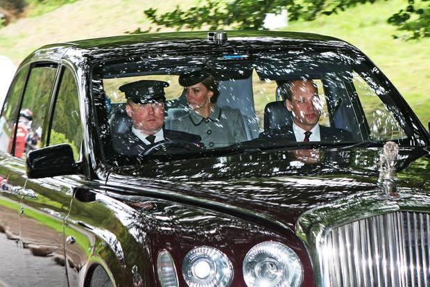 Standesgemäß werden Herzogin Catherine, Prinz William und natürlich Queen Elizabeth selbst in der luxuriösen Bentley State Limousine in die Crathie Church im schottischen Balmoral kutschiert. Und eigentlich müsste der ca. 11 Mio. Euro teure Wagen so komfortabel sein, dass Kate dieses Accessoire nicht brauchen sollte...