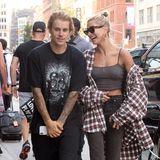8. August 2018  Happy-Clappy spazieren Justin Bieber, in Hausschuhen, und seine Hailey Baldwin durchNew York.