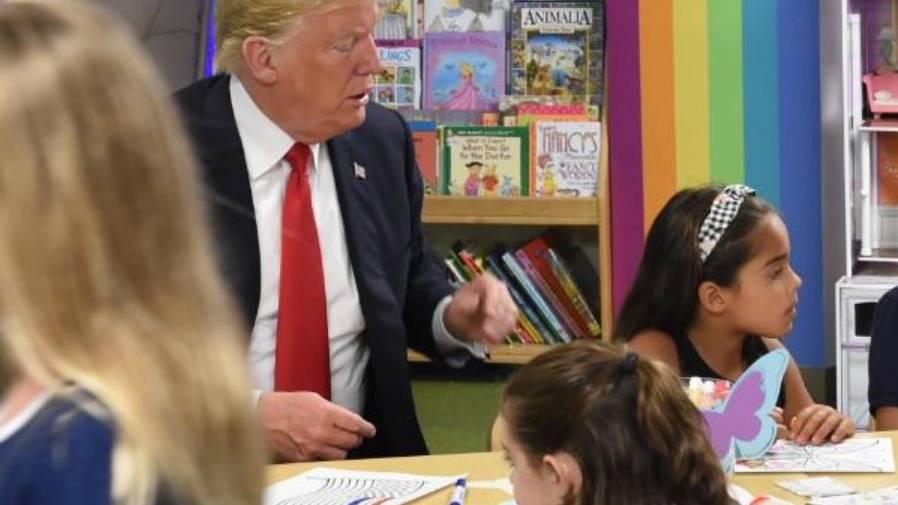 Donald Trump malt am 25. August 2018 in einem Krankenhaus in Ohio mit Kindern Bilder aus