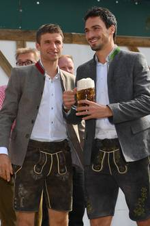 Fesch! Die beiden Profi-Fußballer Thomas Müller und Mats Hummels in Lederhose.