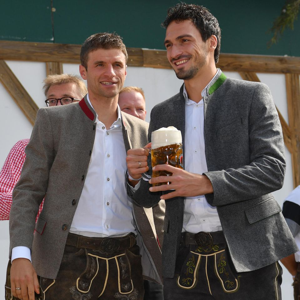 Fesch! Die beiden Profi-Fußballer Thomas Müller und Mats Hummels in Lederhose.