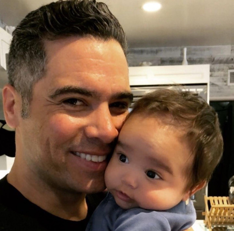 12. April 2018  Kuscheln mit Papa Cash Warren ist doch das Schönste! Der kleine Hayes genießt die Zärtlichkeiten des Vaters.