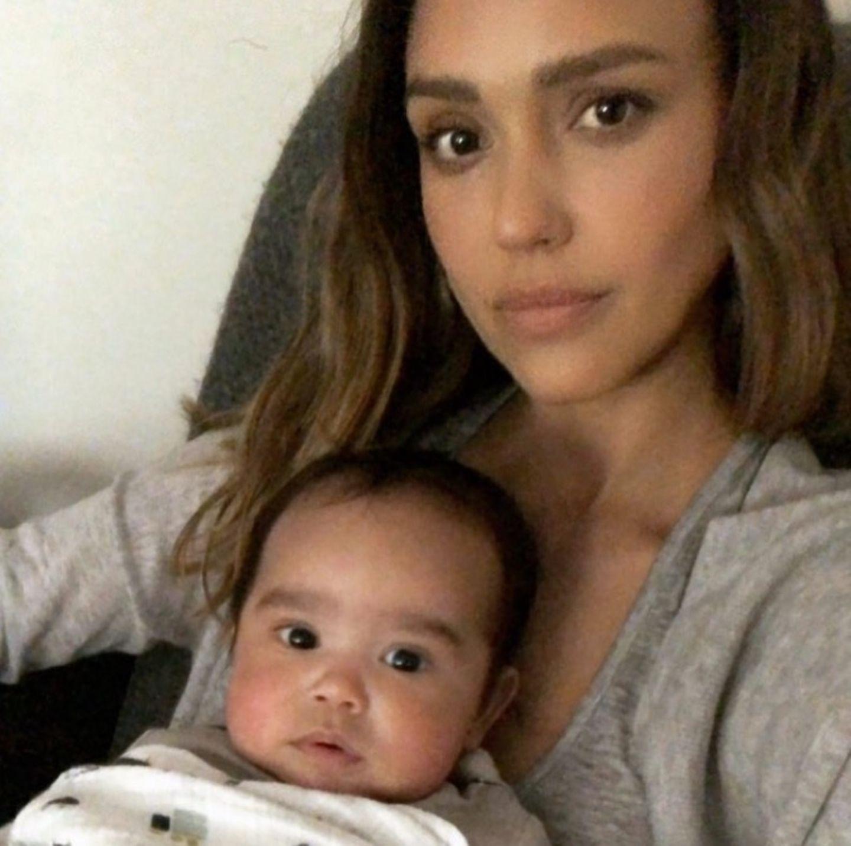 17. April 2018  Aber auch bei Mama Jessica Alba fühlt sich der kleine Hayes sehr wohl.