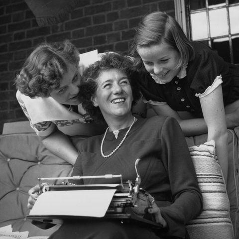 Enid Blyton mit ihren Töchtern Gillian und Imogen 1949