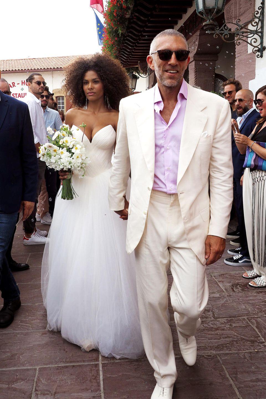 Der französische Schauspielstar Vincent Cassel heiratet seine 30 Jahre jüngere Model-Freundin Tina Kunakey in einer sommerlichen Zeremonie an der Atlantikküste. Tina hat sich ein Brautkleid von Vera Wang anfertigen lassen, und das ist, wie sie selbst, nicht nur ganz bezaubernd, sondern auch ganz besonders aufreizend.