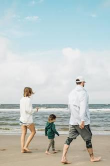 25. August 2018  Seltenes Familienfotoder Familie Timberlake-Biel. Am Strand in den Niederlanden lassen sich die drei frische Meeresluft um die Nase wehen. Mit dabei natürlich SöhnchenSilas Randall.