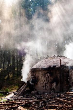 Ein handgemachter Holzkohleofen zur Kohleproduktionin Südbrasilien.