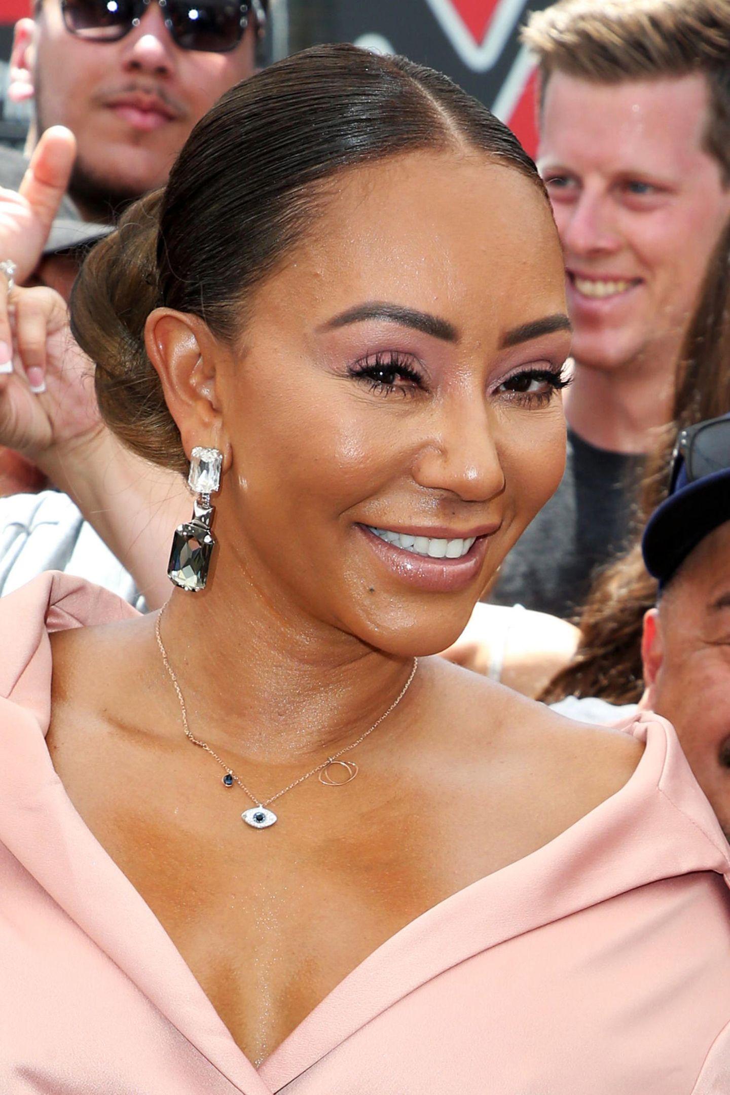 """Bei der Verleihung von Simon Cowells Stern auf dem """"Walk of Fame"""" zeigt sich Mel B glatt wie ein Ballon. Jetzt, da das Ex-Spice-Girl ihre Alkoholsucht gebeichtet und einen Besuch in einer Entzugsklinik angekündigt hatte, sollte sie vielleicht ebenfallsdarüber nachdenken, auf Botox zu verzichten."""