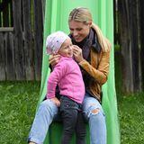 26. August 2018  Beim Familienurlaub im italienischen Cassiano haben Michelle Hunziker und Töchterchen Celeste Trussardi Spaß beim Rutschen auf dem Spielplatz.