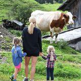 25. August 2018  Michelle Hunziker schaut sich mit den Kids Celeste und Sole die Kühe auf einem Bauernhof an.