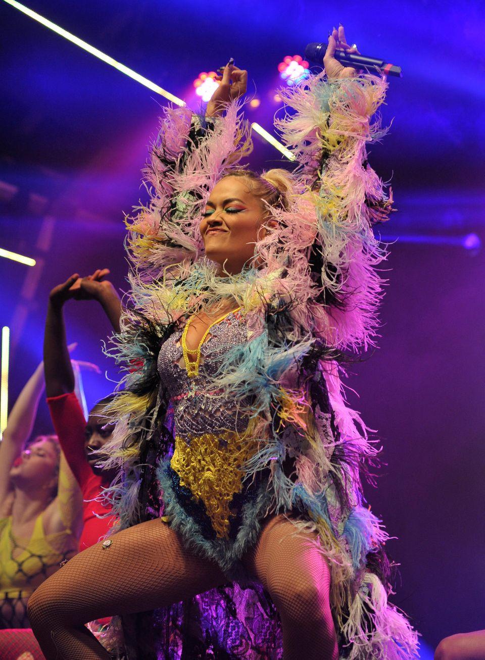 ... Abdancen! Die hübsche Sängerinweiß eben, wie sie die Federn schwingen lassen kann. Toller Look, Rita!