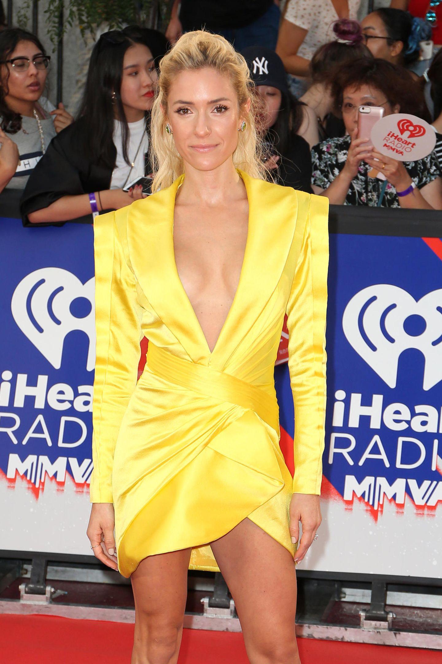 TV-Star Kristin Cavallari war sicherlich bewusst, dass sie in diesem knallgelben Kleid mit Mega-Ausschnitt alle Blicke auf sich zieht. Trotzdem scheint sie eine Sache nicht bedacht zu haben...