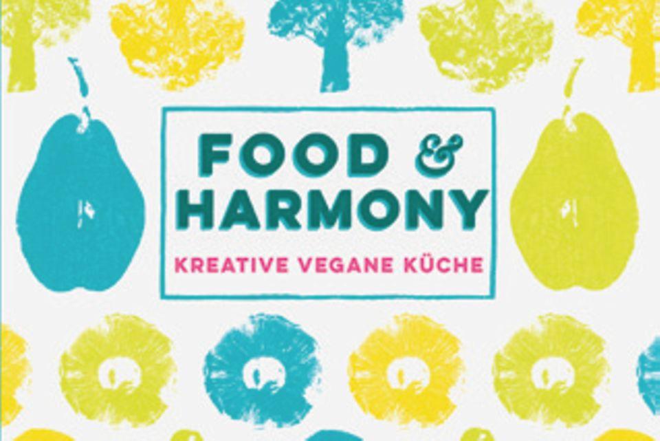 """Koch und Gastronom Lee Watson gilt als Ikone der veganen Bewegung. Seit 20 Jahren verzichtet er auf tierische Zutaten und vereint jetzt in diesem Buch Aromen aus aller Welt in über 150 neuen, fantasievollen Rezepten. ( """"Food & Harmony"""", DK Verlag, 352 S., 26,95 Euro)"""