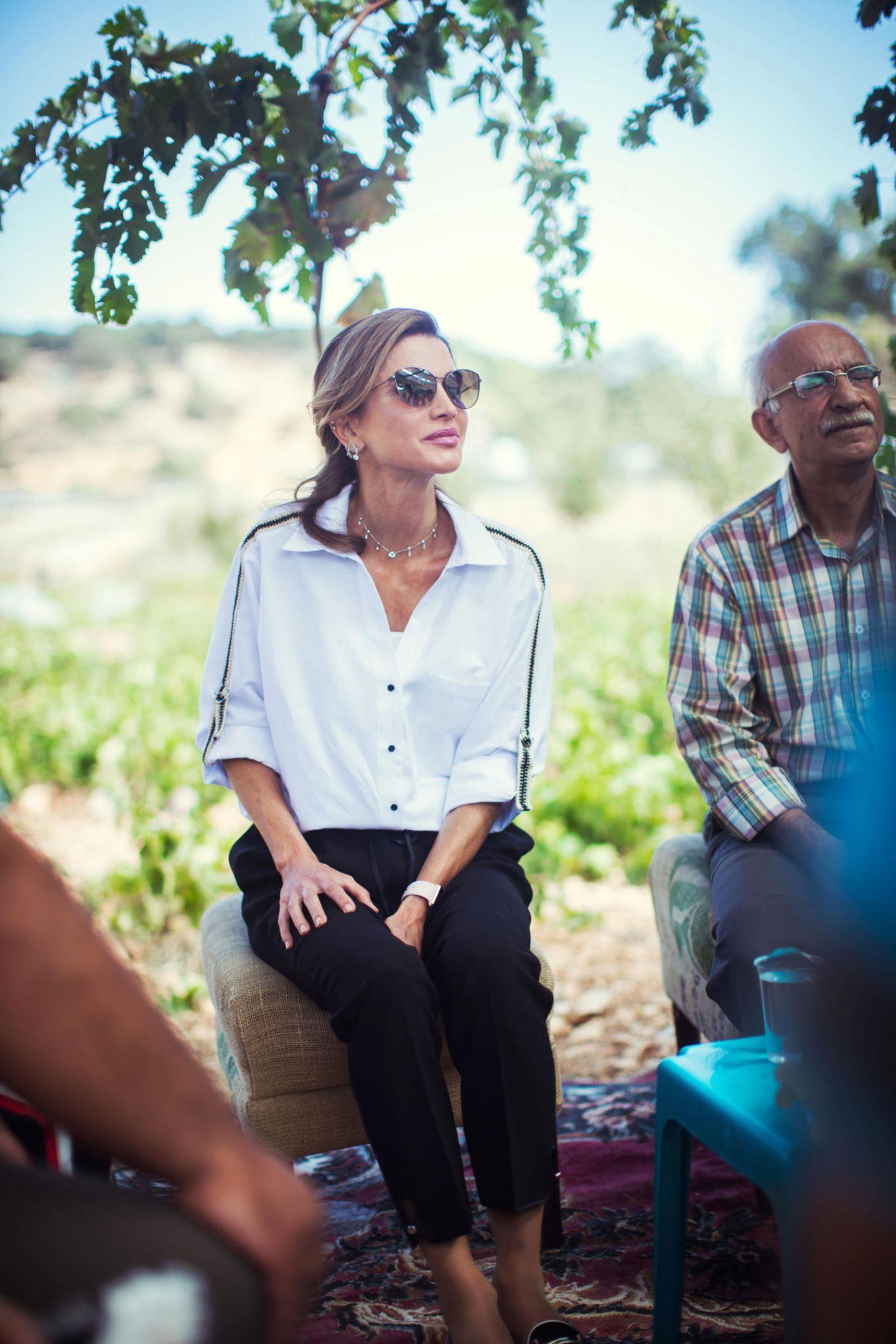 Während Ranias Tod's Loafer mit 490 Euro ein echtes Investment-Piece sind, ist ihre Bluse von Zara hingegen ein echtes Schnäppchen. Für nur 26 Euro ist diese aktuell zu haben und überzeugt vor allem mit schönen Details ...