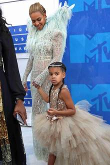Blue Ivy ist der Mini von Beyoncé und Jay Z und darf mit zuden MTV Video Music Awards 2016 im Madison Square Garden New York. Für diesen Anlass hat Blue Ivy zwei französische Zöpfe geflochten bekommen und ihr Haupt ziert ein Diadem.