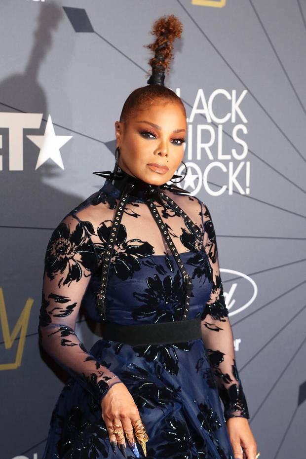 """Bei der""""Black Girls Rock! 2018- Show in New Jersey zieht Janet Jackson mit diesem Look alle Blicke auf sich. Nicht nur ihr Kleid und ihr auffälliger Schmuck sind ein absoluter Hingucker, vor allem ihre Frisur sticht direkt ins Auge. Die Künstlerin will offensichtlich hoch hinaus ..."""