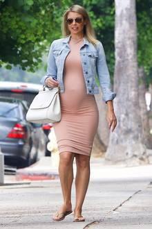 """Die Frau von Eddie Murphy, Paige Butcher, ist zum zweiten Mal schwanger! Die Schauspielerin trägt stilsicher ihre runde Babykugel durchLos Angeles spazieren. Ob es ein Junge oder ein Mädchen wird? Ihrem Outfit nach zu urteilen, bleibt es spannend: Ein enges Röhrenkleid in altrosa und eine Jeansjacke in babyblau, dazu einfache Flip-Flops und eine weiße Henkeltasche - fertig ist der """"Schön-Schwanger-Look"""" der Schauspielerin."""