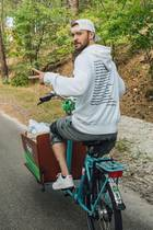 Wenn man schon mal in den Niederlanden ist, sollte man auch in jedem Fall eine Radtour machen. Justin Timberlake nutzt die Gelegenheit und cruist ganz lässig mit dem Bike durch die Landschaft.