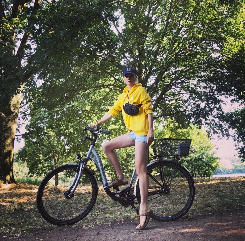 Um ihre ultralangen Beine in Form zu halten, radelt Model Franziska Knuppe was das Zeug hält.