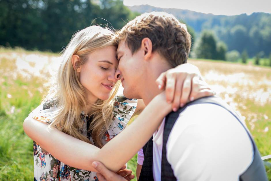 Alicia (Larissa Marolt) und Viktor Saalfeld (Sebastian Fischer) genießen nach allerlei Sturm ihre Liebe