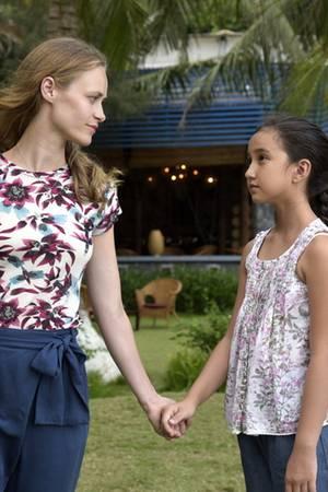 Paula (Inez Inez Bjørg David) verabschiedet sich von ihrer Nichte Lingh (Frances Burnett).